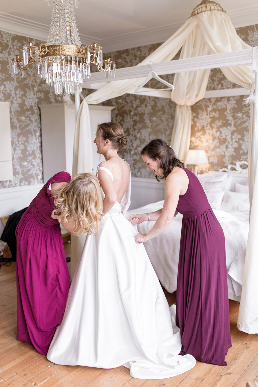 Guide to Perfectly Mismatched Bridesmaids Dresses Bröllopsfotograf Stockholm Umeå. Wedding photographer