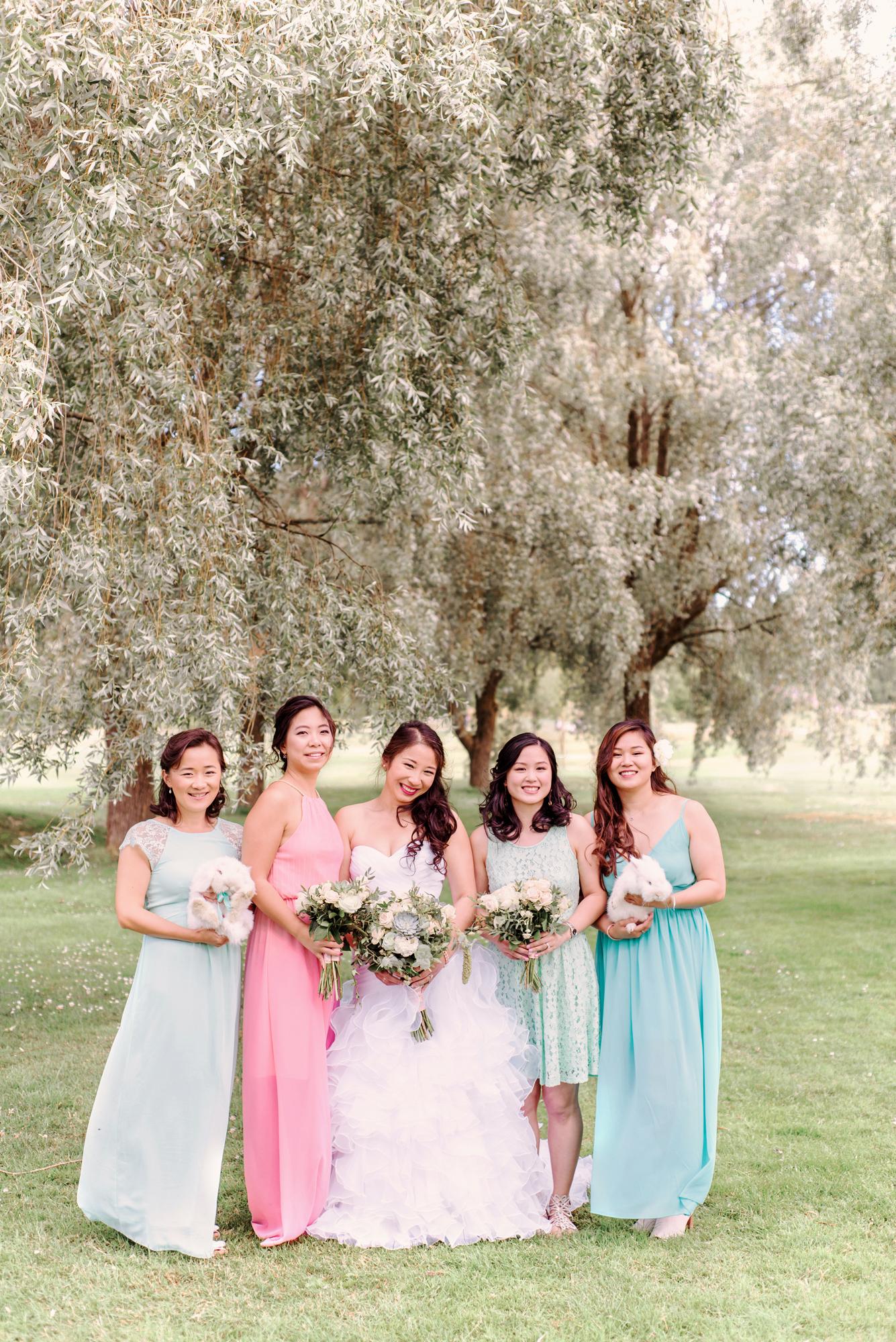 Guide to Perfectly Mismatched Bridesmaids DressesBröllopsfotograf Stockholm Umeå. Wedding photographer